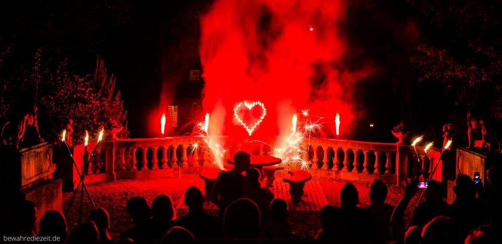 Feuerwerk zur Hochzeit mit brennendem Herz
